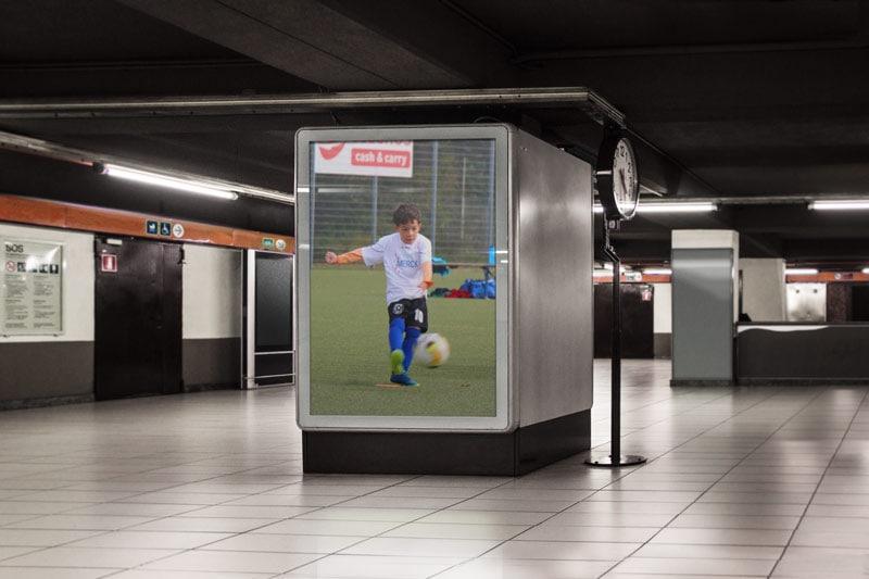 Fußball-Spieler aus Egelsbach im S-Bahn Bahnhof